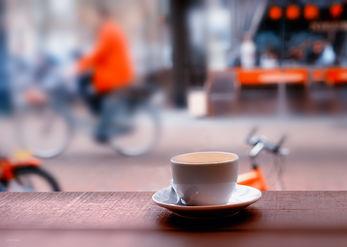מחלון בית הקפה