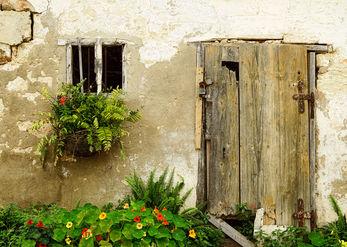 מול דלת סגורה